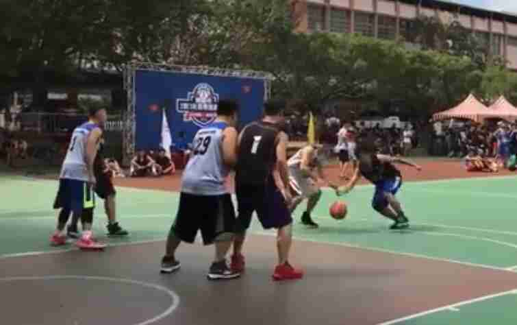 篮球比赛:3对3进行半场篮球对决赛!