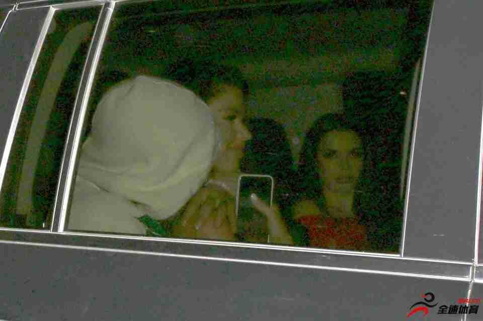 阿圭罗与4性感美女夜店狂嗨 玩至凌晨车内相拥
