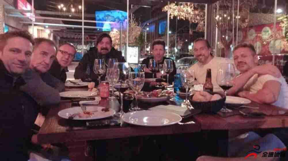 闲暇时光,西蒙尼带马竞教练组外出聚餐