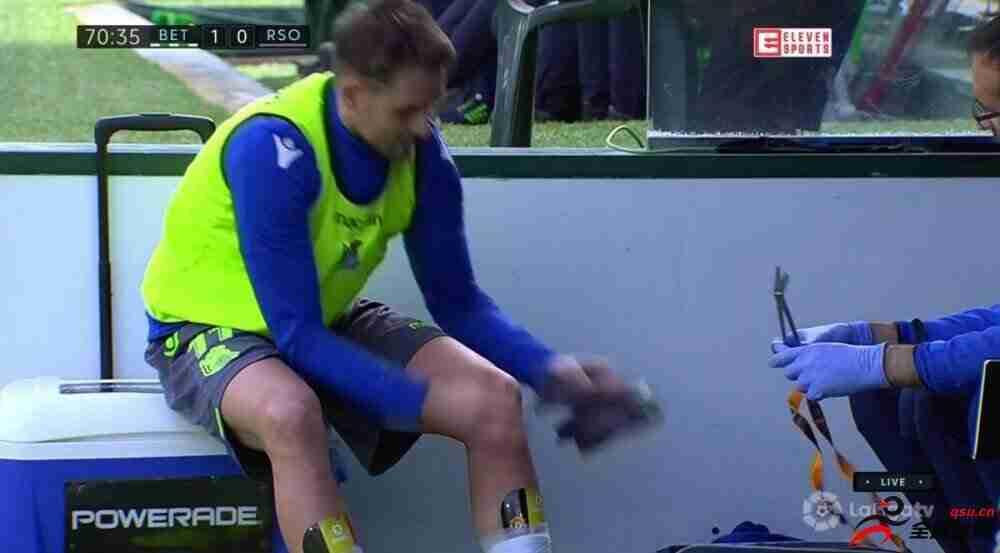 真爱!贾努扎伊的护腿板还印着曼联队徽