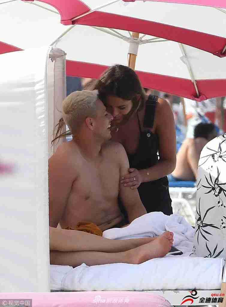 埃尔南德斯和女友在海边度假