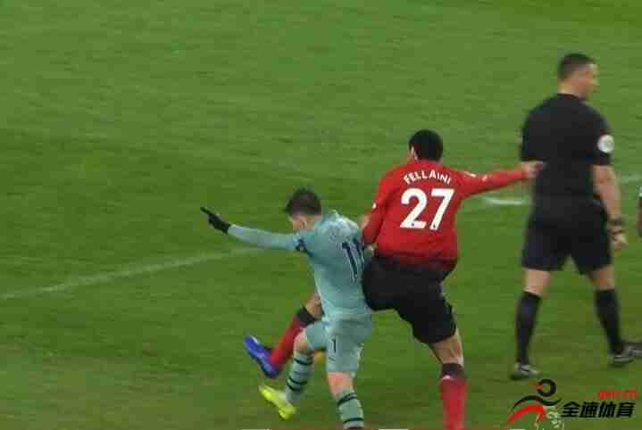 后背长眼?裁判背对费莱尼吹其犯规引曼联球迷不满