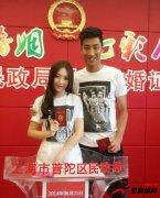 <b>前上海申花球员邱添一与女友在上海领证</b>
