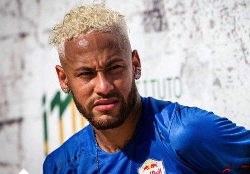 在巴西参加五人制足球赛的内马尔把自己的头
