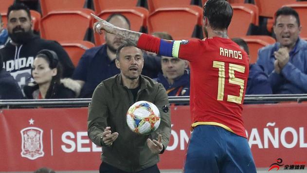 西班牙队长拉莫斯在欧洲杯预选赛中罚进勺子点球
