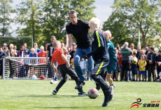 范佩西和儿子及其朋友举办趣味球赛
