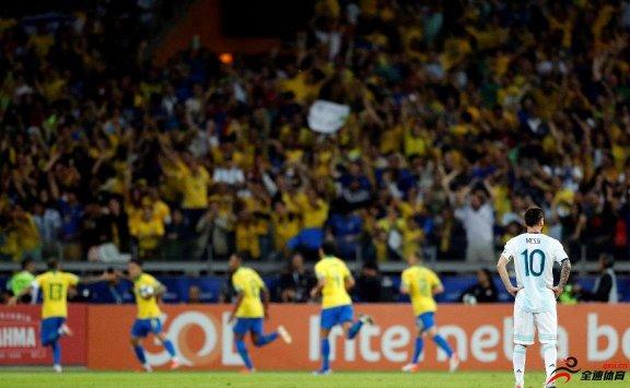 巴西2 0阿根廷 阿圭罗和梅西均射中门框