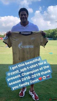 上港球员胡尔克在ins上发布了泽尼特送的球衣