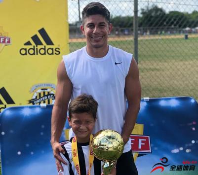 孔卡儿子本杰明在一项少年足球赛中获得冠军