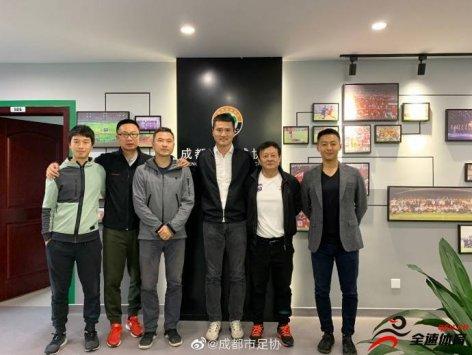 邵佳一等人来到四川成都开展对当地足球发展的调研工作