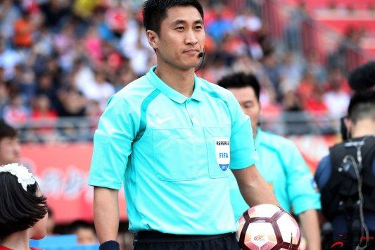 中国国际级裁判马宁完成了小组赛新西兰对阵