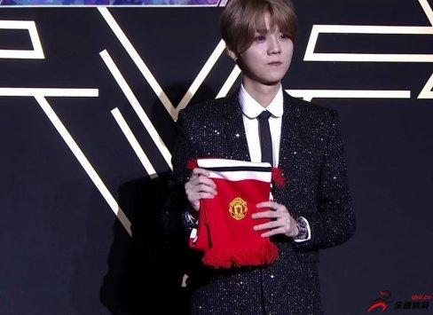 鹿晗走红毯特地携带曼联围巾,新年愿望希望红魔一直赢