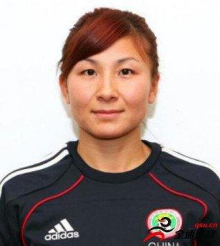 刘华娜代表全队收到了各界赠送的一万元慰问金