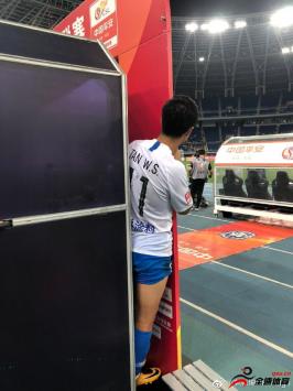 谭望嵩对球队胜利的渴望,一张背影说明一切