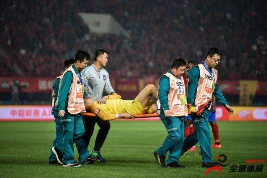 杨启鹏扑救中被建业队外援奥汗德扎的膝盖撞到面部