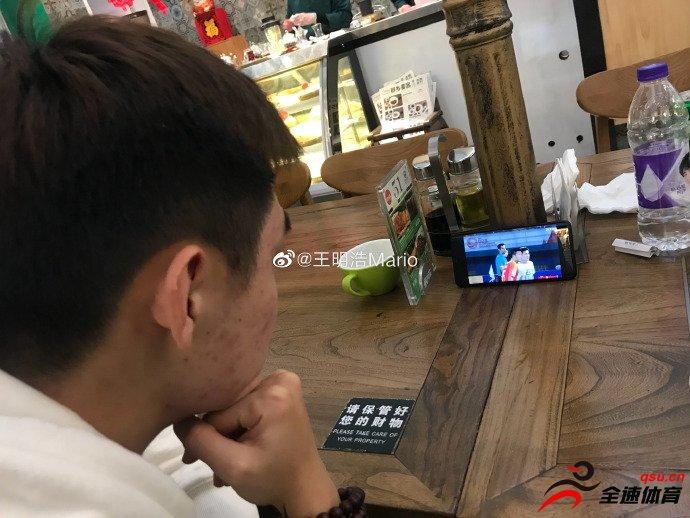 黄紫昌在机场仍不忘观看中国国奥队