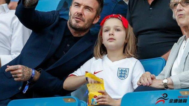 大卫贝克汉姆跟女儿亲吻的照片
