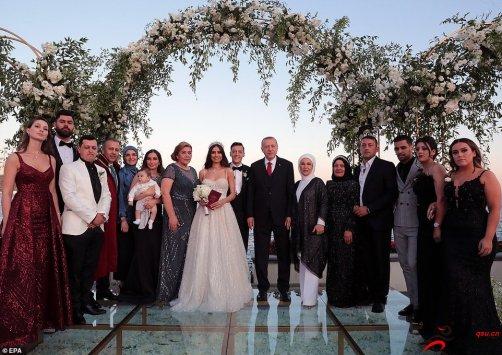 厄齐尔与女友古尔西举行婚礼