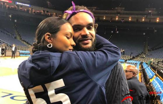 乔金-诺阿与女友场边拥抱的照片