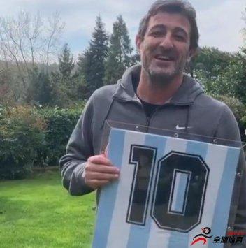 费拉拉将33年前马拉多纳送给他的阿根廷10号