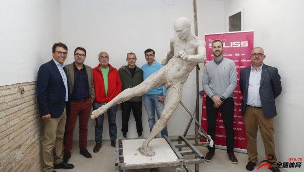 艺术家造伊涅斯塔全裸雕像,赚了1.5万欧