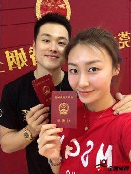 广东男篮后卫孟铎晒出一张他和女友刘格婷正式领证结婚的图片