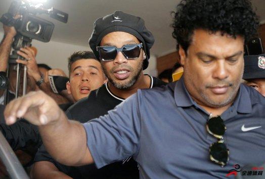 巴西传奇球星罗纳尔迪尼奥已经重获自由