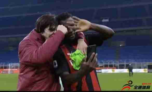 米兰球员在场上和主帅皮奥利进行了视频通话