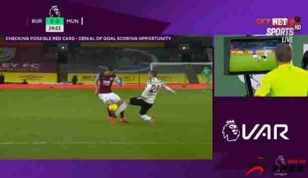 曼联vs伯恩利第28分钟,卢克肖后场铲球破坏