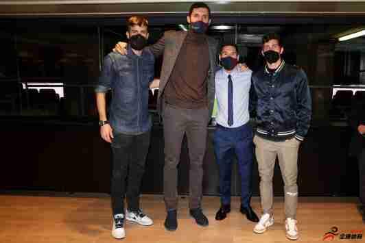 巴萨官推晒皮克、梅西、罗贝托和篮球队米罗