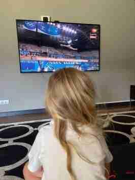 格列兹曼晒女儿观看奥运体操照片:我们家全力支持法国