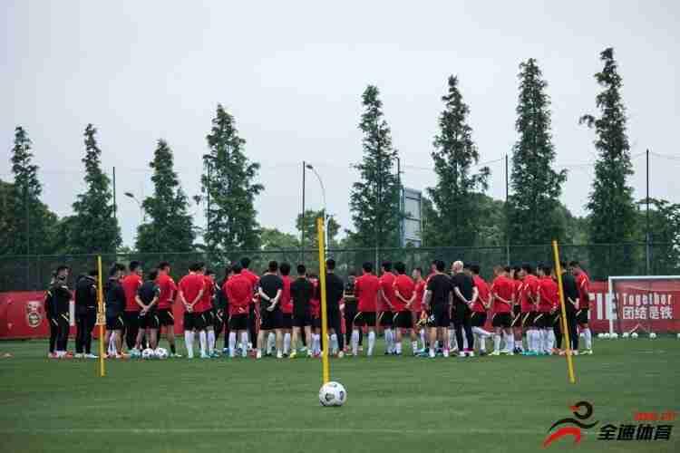 国足集训多名球员有伤,球队出征卡塔尔的名单难产
