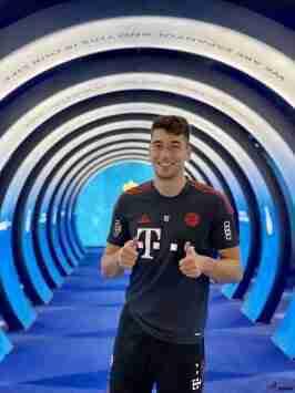 在返回慕尼黑前,拜仁在RCDE球场进行恢复训练